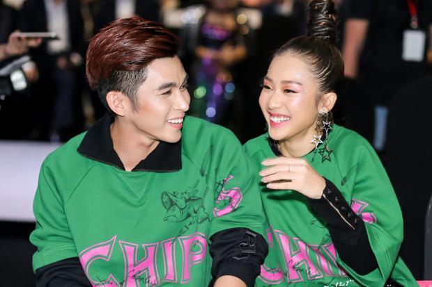 Cười đùa với nhau rất tụ nhiên, Khả Ngân và Jun Phạm có thể sẽ trở thành một trong những couple được yêu mến. Đây là điểm cộng cho sự xuất hiện của cặp đôi: rất thân thiện, gần gũi chứ không phải sự lạnh lùng xa cách như các model hay diễn viên khác.