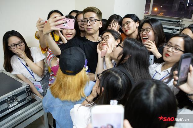 Nam ca sĩ thân thiện chụp ảnh cùng các fan