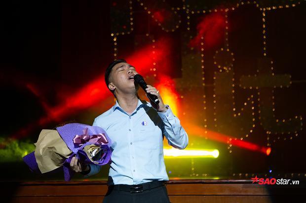 Giảng viên Phạm Tài Tuệ của ĐH Luật Hà Nội bất ngờ lên sân khấu và hát tặng các sinh viên yêu quý
