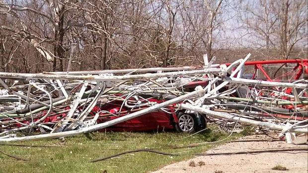 Kết cấu tháp đổ sập đè xuống một xe hơi. Ảnh: 4WWL