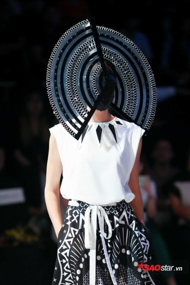 Ngoài ra, một số người mẫu còn trình diễn trang phục với những món phụ kiện cầu kỳ, được trang trí, che kín khắp gương mặt một lần nữa.