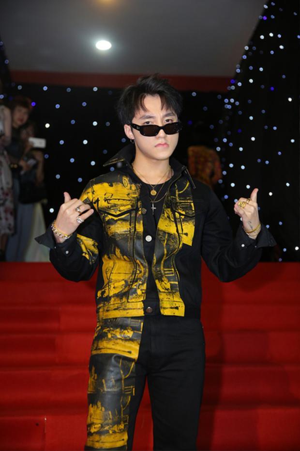 Ngoài Angela Phương Trinh, sự có mặt của Sơn Tùng M-TP cũng gây được sự chú ý với đông đảo khán giả. Nam ca sĩ xuất hiện khá trễ, khi các nghệ sĩ khác đã vào trong khán phòng thì anh chàng mới có mặt tại khu vực thảm đỏ.