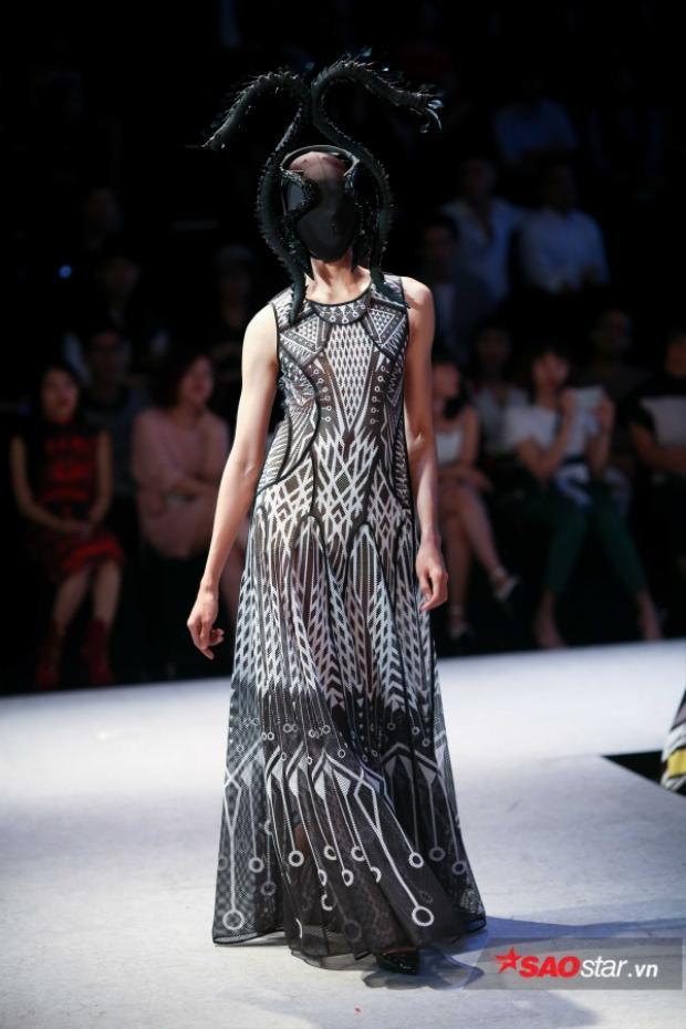 """Cách sử dụng phụ kiện vải bịt kín mặt người mẫu vừa giúp các thiết kế thêm phần ấn tượng, nhưng cũng khiến khán giả """"thót tim"""" lo lắng cho từng bước đi của người mẫu."""