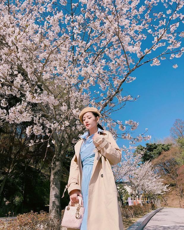 Có thể thấy, gu thẩm mỹ của Chi Pu không ổn định, lúc trồi, lúc sụp. Mới tuần trước, cô nàng còn khiến fan phải xuýt xoa với những oufit cực đẹp mà Chi Pu đăng tải trong chuyến du lịch Hàn Quốc.