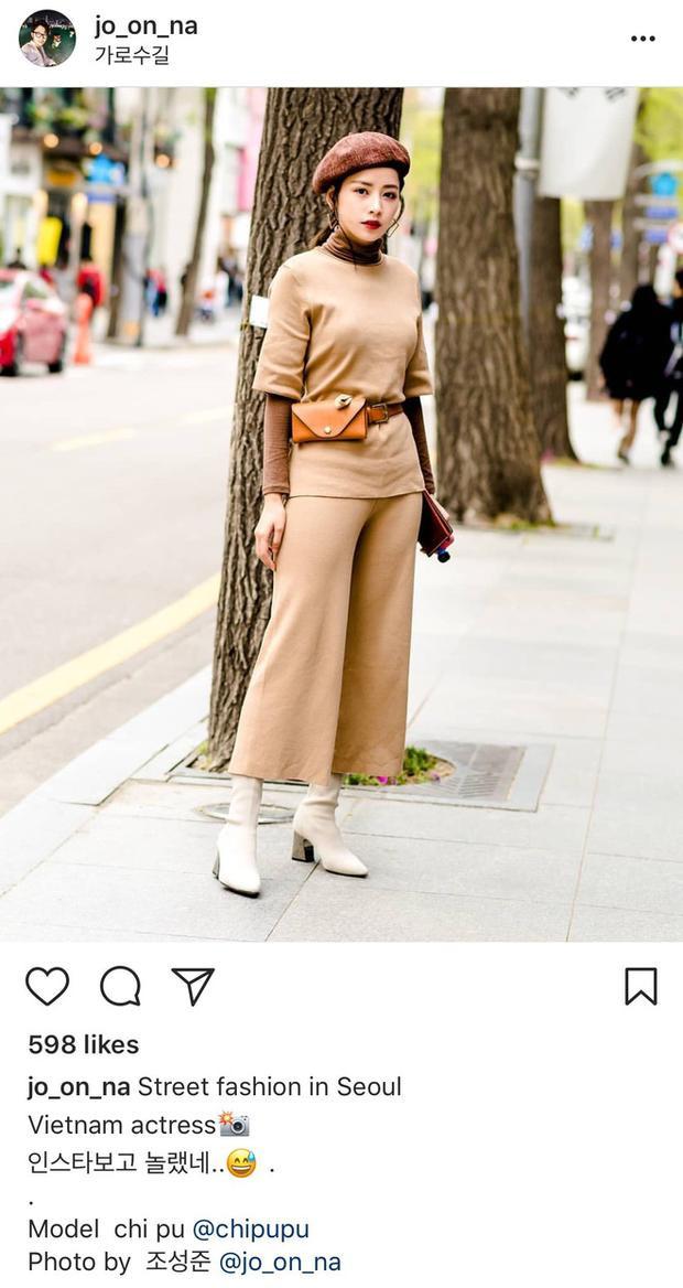 Thậm chí, Chi Pu còn lọt vào ống kính của đã lọt vào ống kính của Cho Sung Joon, một nhiếp ảnh gia street style người Hàn hiện đang sinh sống và làm việc tại Seoul. Điều đó cho thấy, phong cách ăn mặc của cô hoàn toàn có thể gây ấn tượng, không thua kém các bạn trẻ bản xứ.