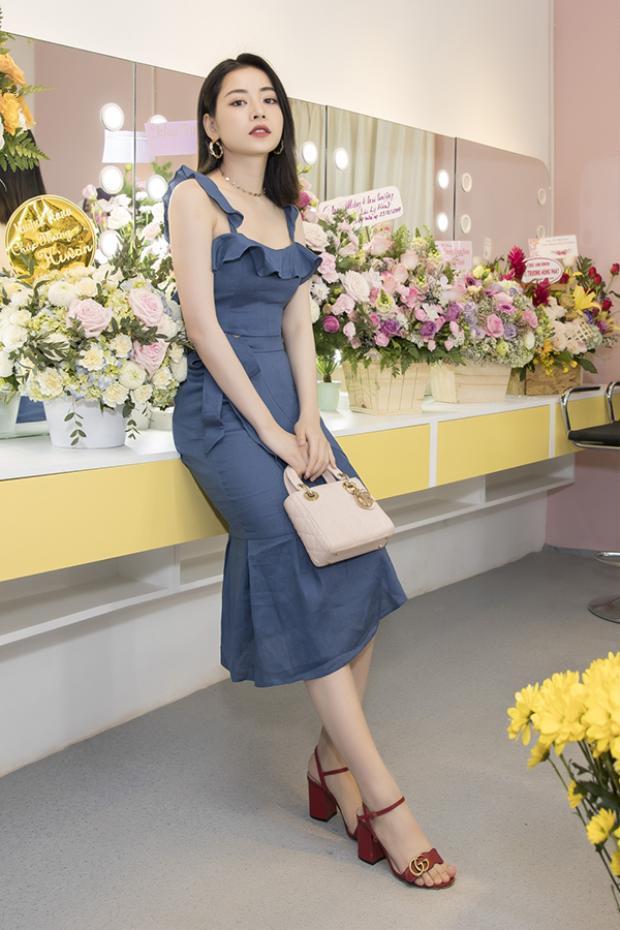 Tham dự một sự kiện trước VIFW xuân, hè 2018, Chi Pu vô cùng nhẹ nhàng khi diện váy hai dây và giày Gucci. Chẳng cần làm quá, nàng hot girl đã xinh đẹp, đủ sức khiến người đối diện không thể rời mắt.