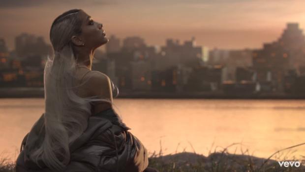 Một Ariana cô đơn trong thế giới hỗn loạn, đa chiều, có lẽ nữ ca sĩ trẻ tuổi cũng đã biết được những đắng cay sau lớp hào quang của Hollywood.