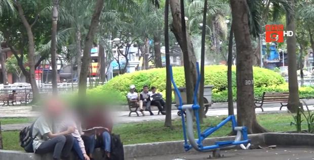 """Không khó để bắt gặp các thành viên của """"Hội Đức Thánh Chúa Trời"""" đi truyền đạo khắp nơi trong công viên."""