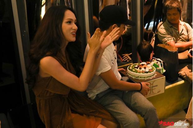 Nàng Hoa hậu phấn khích hát mừng sinh nhật Trường Giang.
