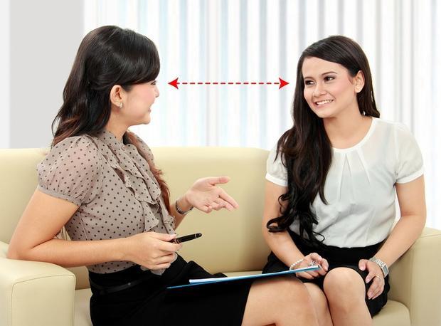 Giao tiếp bằng mắt là cách hiệu quả để kéo dài cuộc trò chuyện. Ảnh: depositphotos