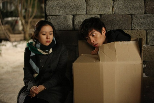 """Lee Min Ki là """"hậu bối"""" trẻ tuổi tiếp theo sau Lee Min Ho mà nữ diễn viên sinh năm 1982 làm việc cùng. Họ """"bén duyên"""" qua bộ phim điện ảnh kinh dị, hài hước """"Lời nguyền tình yêu"""" năm 2011."""