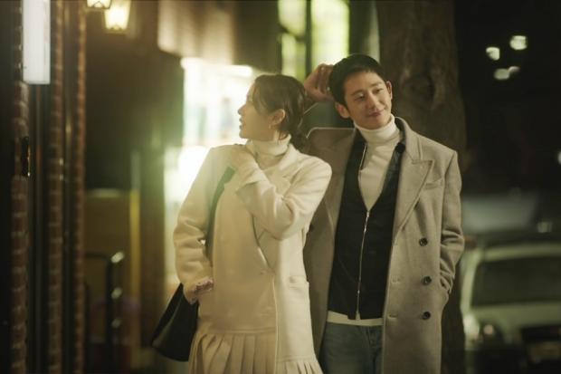 """Jung Hae In là """"hậu bối"""" thứ 3 sau Lee Min Ki, Lee Min Ho được """"nên duyên"""" cùng nữ minh tinh đình đám này. Họ cùng hợp tác qua bộ phim đang ăn khách """"Pretty noona who buys me food""""."""