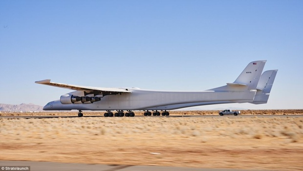 Chiếc máy bay có hai buồng lái, 28 bánh và 6 động cơ hứa hẹn sẽ mang đến nhiều bất ngờ cho nền công nghiệp bay.