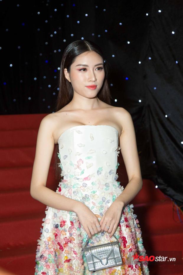 Được biết, người đẹp đang đảm nhận vị trí MC của VIFW, khả năng tiếng Anh giúp cô được tin tưởng khi dẫn dắt một chương trình có sự tham gia của các NTK quốc tế.
