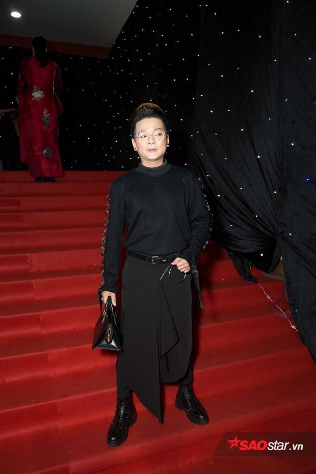 Vũ Hà xuất hiện trên thảm đỏ VIFW với cả set đồ đen gồm áo thun tay dài và quần đắp vạt bất đối xứng.