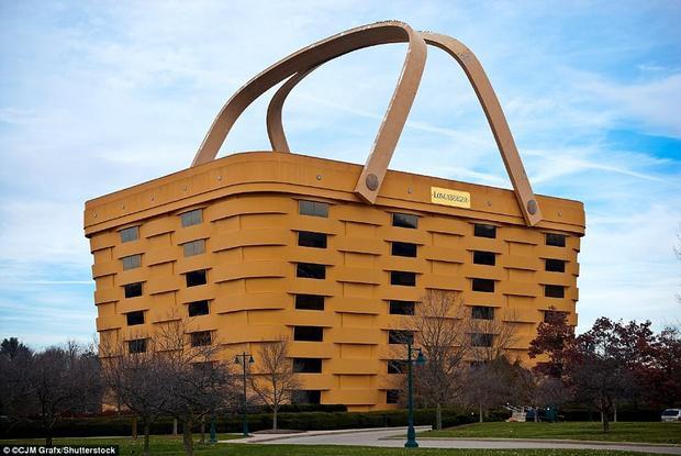 Tòa nhà hình giỏ picnic là trụ sở của hãng sản xuất giỏ gỗ Longaberger Company ở Ohio, Mỹ. Tòa nhà rộng 16.700 m2 được hoàn thành vào ngày 17/12/1997. Công trình độc đáo này là sản phẩm thiết kế của Dave Longaberger, một người luôn mơ ước có thể tự tay xây dựng tòa nhà văn phòng cho công ty của mình. Đây là một trong những tòa nhà kinh doanh độc nhất trên thế giới. Ảnh: Shutterstock
