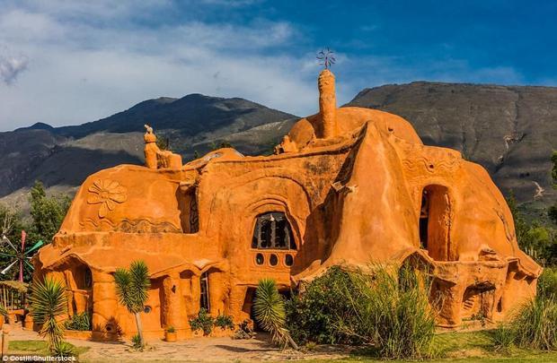 Biệt thự đất sétCasa Terracotta nằm tạithị trấn Villa de Leyva, một vùng quê của Colombia. Nó được xây dựng trên một khoảng đất trống rộng 500 m2, bởi kiến trúc sư Octavio Mendoza Morales. Đây cũng là ngôi nhà gốm lớn nhất thế giới khi sử dụng hoàn toàn đất sét và nung dưới ánh nắng mặt trời.Ảnh:Shutterstock