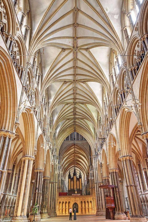 """Nhà thờ chính tòa Thánh Andrew (Nhà thờ Wells) là nhà thờ Anh giáo ở Wells, Somerset. Nó được xây dựng từ năm 1175 đến năm 1490. Nó sở hữu mặt tiền phía trước và tháp trung tâm rộng lớn. Nhà Wells đã được nhận định là công trình kiên cố, đẹp và như là """"thi vị"""" nhất trong số các nhà thờ Anh.Ảnh:Shutterstock"""