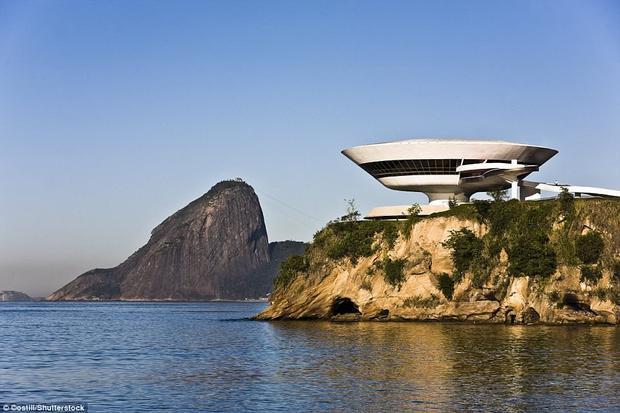 Bảo tàng Nghệ thuật đương đại Niterroi được thiết kế bởi kiến trúc sư nổi tiếng người Brazil - Oscar Niemeyer và được hoàn thành vào năm 1996. Nó có thiết kế giống hình dạng của một chiếc đĩa bay. Mang trong mình một vẻ đẹp kỳ lạ, như đến từ một nền văn minh khác, công trình thu hút sự chú ý và đánh giá cao của tất cả các kiến trúc sư cũng như những người đam mê nghệ thuật.Nó còn được nhận định là biểu tượng cho kiến trúc hiện đại.Ảnh:Shutterstock