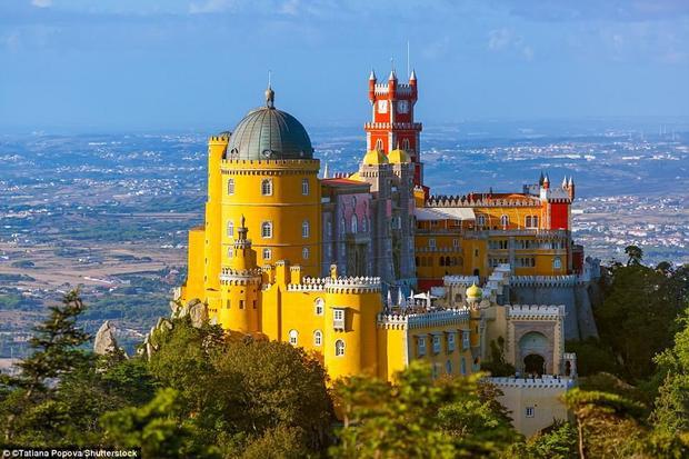 Cung điện quốc gia Pena ở Bồ Đào Nha là lâu đài cổ nhất châu Âu theo phong cách lãng mạn. Penađược xây dựng năm 1842 trên những tàn tích của một tu viện bị hư hỏng nặng trong trận động đất lớn ở Lisbon năm 1755.Ảnh:Shutterstock