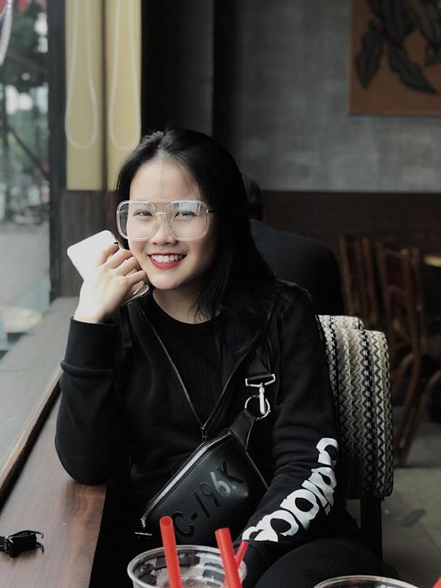 Danh tính cô bạn thường xuyên xuất hiện với Văn Hậu trong các buổi gặp mặt các cầu thủ khác nhanh chóng được cư dân mạng tìm ra.