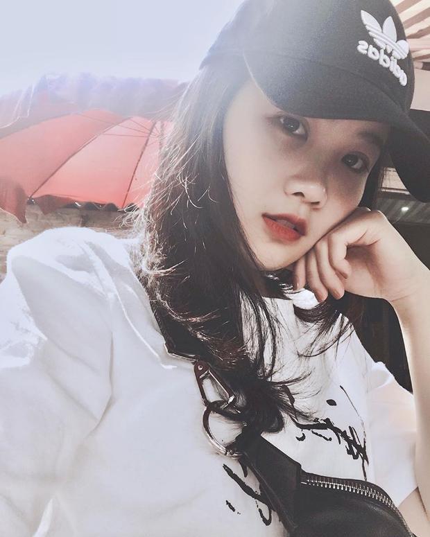 Bạn gái tin đồn của Văn Hậu tên là Nguyễn Hoàng Anh (nickname Hoàng Anh Ốc) cùng sinh năm 1999 và cùng quê Thái Bình.