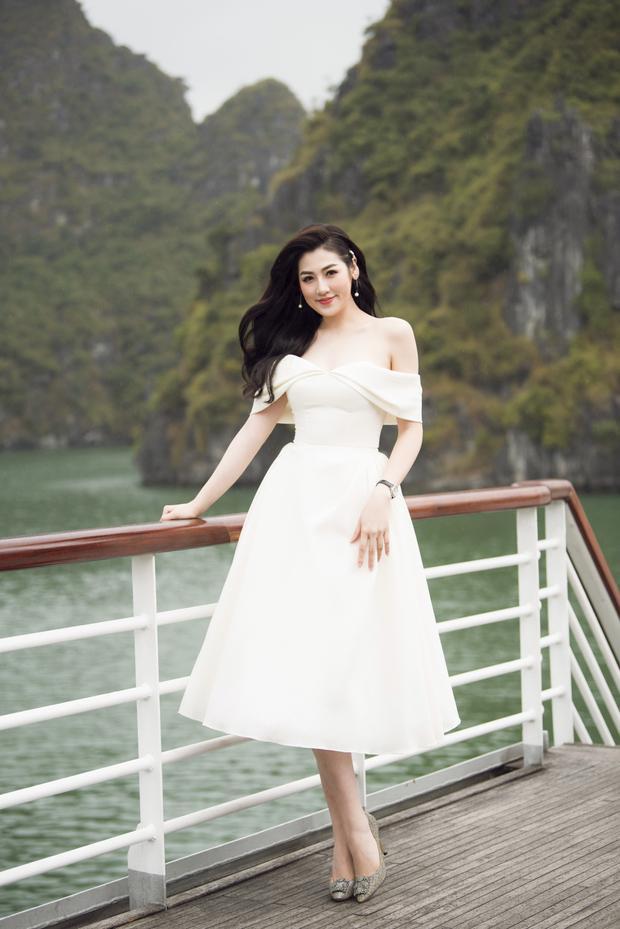 """Được biết, hầu hết các thiết kế mà khách mời diện trong buổi ra mắt BST cũng được NTK Lê Thanh Hòa chu đáo thực hiện, và cùng ý tưởng với """"Mặt Trời Phương Đông""""."""