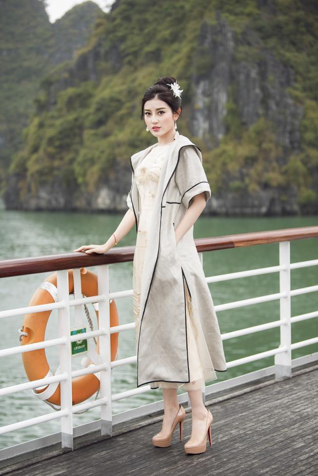 """BST """"Mặt trời phương Đông"""" của Lê Thanh Hòa lấy tông màu trắng và các sắc độ màu vàng làm chủ đạo nên ngoài các màn trình diễn, sự xuất hiện của các khách mời giới giải trí đã tạo nên một bức tranh rực rỡ cho buổi trình diễn."""