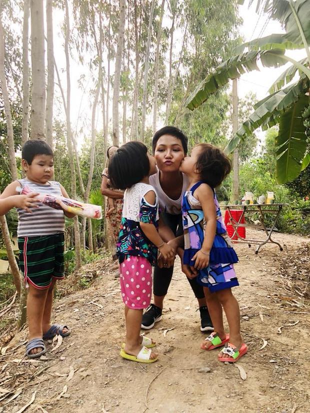 Khi đến thăm bà con tại Long An, các bé cũng chạy tới ôm hôn H'Hen Niê để bày tỏ sự yêu mến.