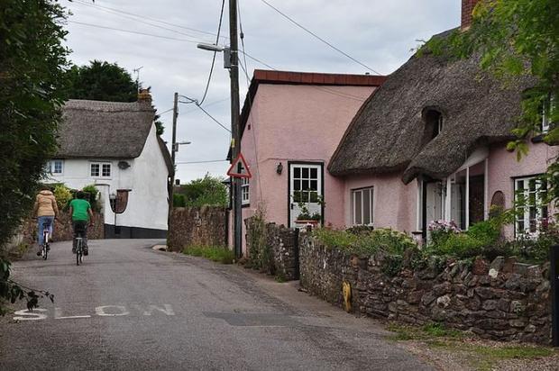 Mỗi năm, nền đất ở ngôi làng Willand tăng thêm 2 cm một cách khó hiểu. Ảnh: Lewis Clarke/geograph.org.uk