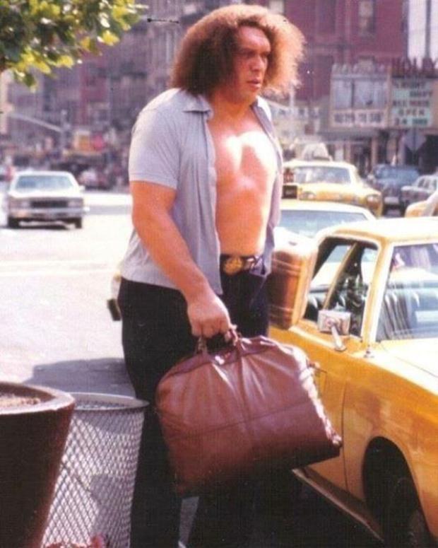 """""""Người khổng lồ"""" bắt xe taxi khi đến thăm thành phố New York."""