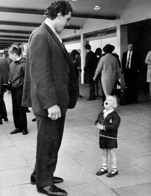 Bức ảnh ghi lại vào thời điểm cuối thập niên 1970, khi André gặp gỡ một fan hâm mộ trẻ tuổi.