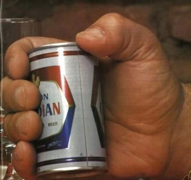 """Từng có giai thoại được kể lại rằng, mỗi lần uống bia, André thường uống một lúc 150 lon. Nhìn lon bia nhỏ bé nằm gọn lỏn trong bàn tay """"người khổng lồ"""" thì đây là điều hoàn toàn có thể xảy ra."""