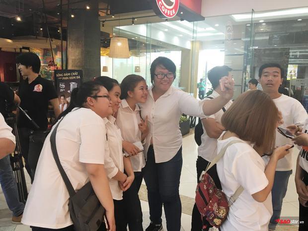 Các thành viên fanclub của cặp đôi Kỳ Vĩ đã hẹn nhau mặc đồng phục trắng đến nơi quay để ủng hộ tinh thần của thần tượng.
