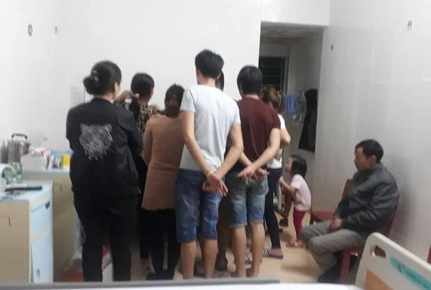 Thầy giáo Dương (góc phải) - ngồi cạnh cô giáo lái xe gây tai nạn cũng có mặt ở viện.
