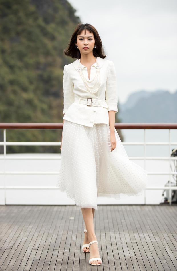 Cách phối hợp áo vest cùng tùng váy phồng gợi nhớ đến concept New Look nổi tiếng của Dior.