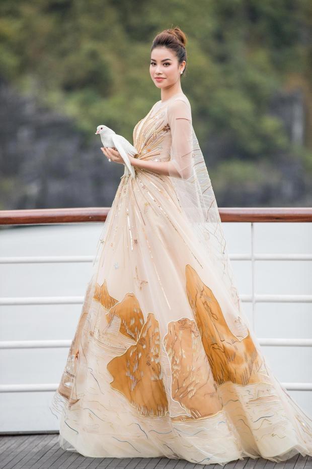 là hình ảnh cô tung bồ câu trắng ra biển được ví như một trong những khoảnh khắc đẹp nhất của show diễn.