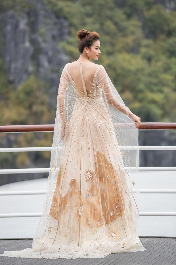 Người đẹp diện một thiết kế xuyên thấu, khoe lưng trần cùng phần áo choàng mong manh.