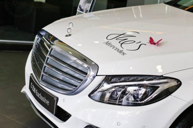 Chiếc Mercedes-Benz C250 Exclusive Trường Giang tặng Nhã Phương hồi năm ngoái với chữ She;s trên nắp ca-pô.