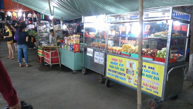 Quán trái cây dầm nổi tiếng nằm ở cuối chợ.