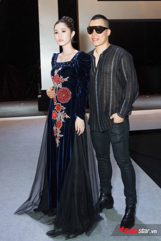 Người đẹp Quỳnh Hương đẹp nền nã trong tà áo dài cổ vuông sánh bước cùng ông bầu Vũ Khắc Tiệp.