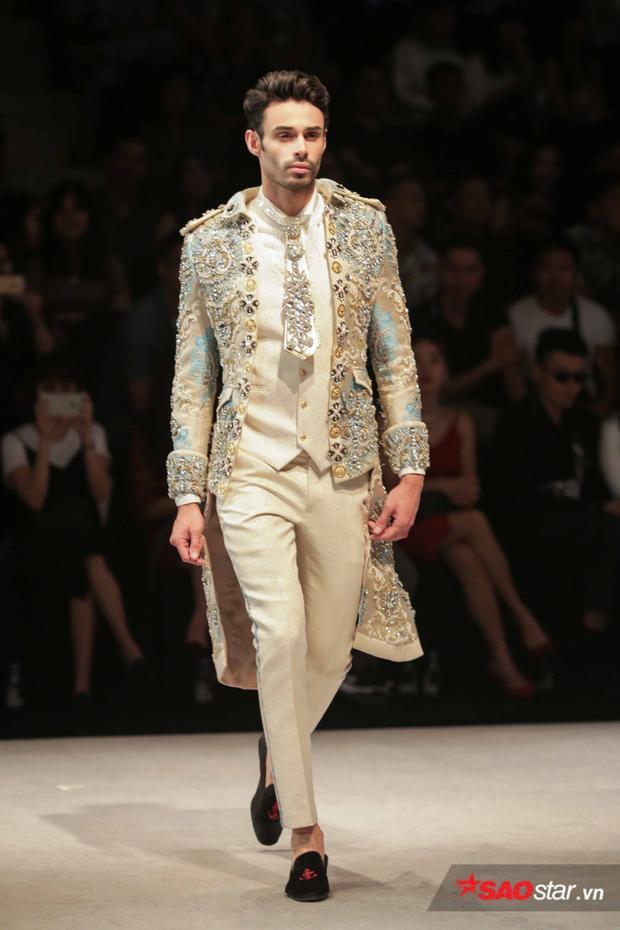 Trang phục nam cũng được đính kết pha lê cầu kì không kém váy áo nữ.