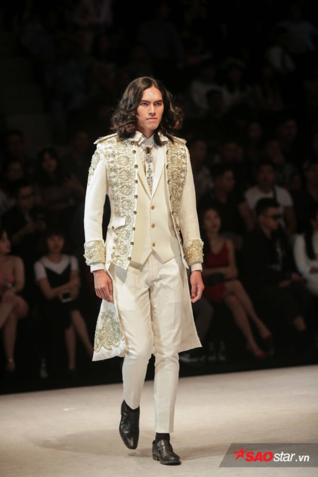 Một người mẫu có mái tóc xoăn sóng vô cùng chất ngất trong thiết kế vest lịch lãm.
