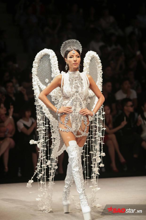 Ngoài Võ Hoàng Yến mà mở màn đầy ấn tượng của siêu mẫu Khả Trang khi catwalk trên đôi boots trong suốt, cao 20cm và không có gót cũng thu hút không ít sự chú ý từ phía khán giả.