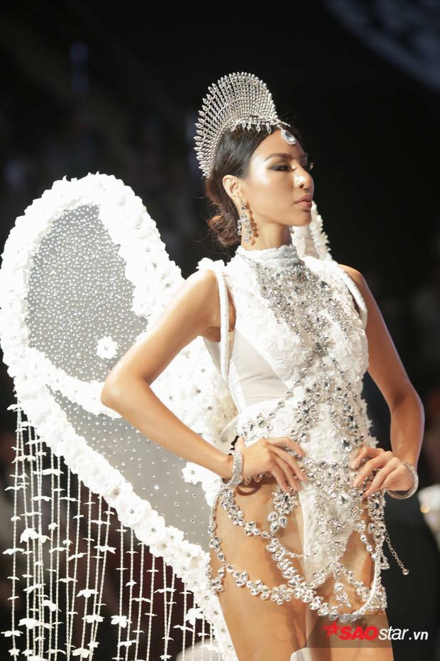 Các phụ kiện trang sức bằng kim cương đi kèm cũng góp phần làm cho BST trở nên lung linh hơn bao giờ hết.