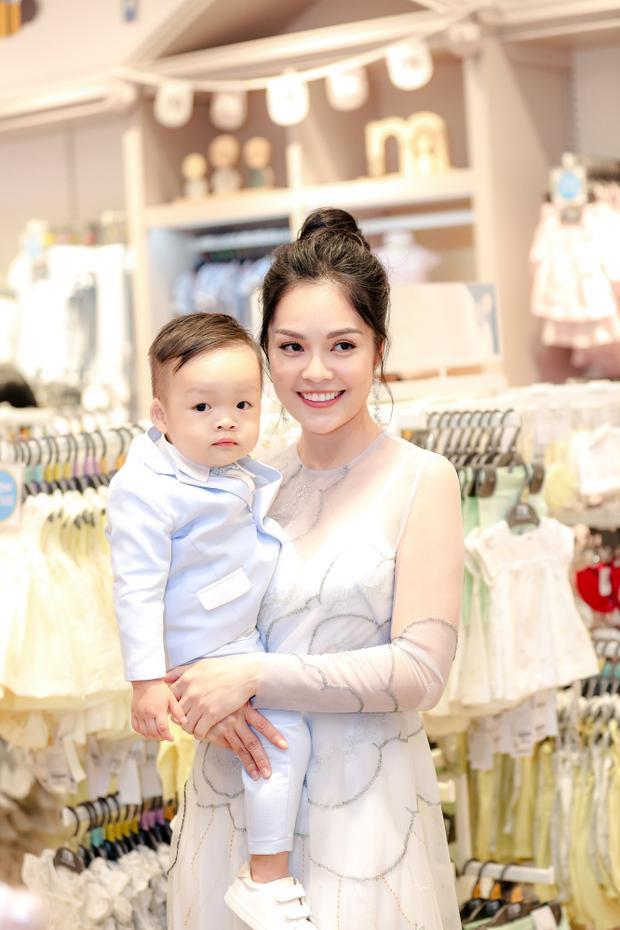 """""""Bà mẹ bỉm sữa"""" Dương Cẩm Lynh tham dự sự kiện cùng con trai."""