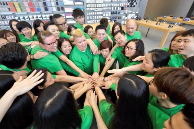 """Nhân viên Apple Store """"tạm quên"""" sắc áo màu xanh nước biển đã trở thành thương hiệu."""