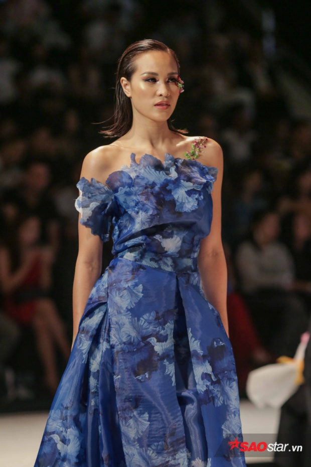Phương Mai vẫn rất tận tâm và yêu nghề mẫu theo cách của riêng cô. Với trang phục sắc xanh họa tiết chìm bay bổng, giải Vàng Siêu mẫu Việt Nam 2012 thực sự tỏa sáng.