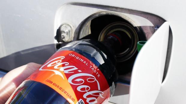 Trộn Coca-Cola vào bình xăng xe hơi: Thử nghiệm mà bạn nhất định không nên thử!