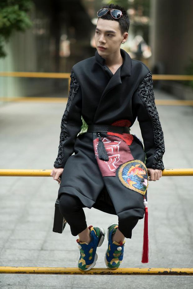 """Không còn """"bung lụa"""" như những ngày trước, Stylist Kim Thành chọn cho mình trang phục đơn giản, bắt mắt với hoạ tiết Á đông."""